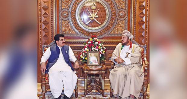 بتكليف من جلالة السلطان .. أسعد بن طارق يستقبل رئيس (الشيوخ) الباكستاني