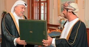 جلالته يمنح الشيخ غسان إبراهيم شاكر وسام التكريم