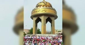 أبناء عُمان يرسمون لوحة وطنية أمام مجسم نزوى عاصمة الثقافة الإسلامية