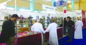 زوار الصالون الدولي للكتاب بالجزائر يطلّعون على المنشورات العُمانية