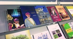 إقبال كبير من الزوار على ركن وزارة الإعلام في الجناح العماني بمعرض الشارقة الدولي للكتاب 2018