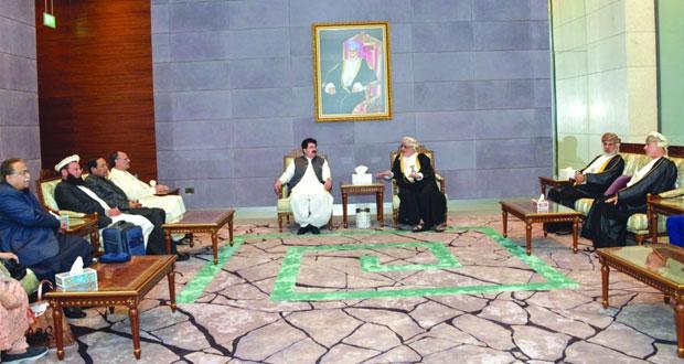 رئيس مجلس الشيوخ الباكستاني يصل السلطنة