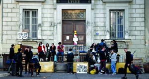 فرنسا: الحكومة تعلن تعليق زيادة الضريبة على الوقود