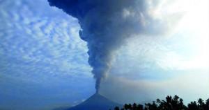 ثوران بركان جبل سوبوتان بجزيرة سولاويزي الإندونيسية