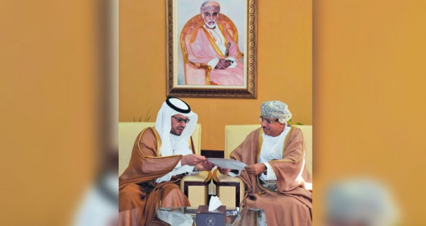 وزير الاعلام يتسلم دعوة لحضور حفل اختيار الرياض عاصمة للإعلام العربي