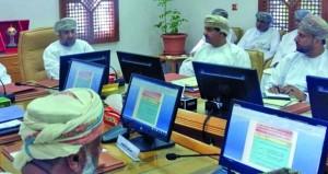 وزير البلديات الإقليمية يناقش مجالات العمل البلدي والمائي وسبل تطويرها بشمال الباطنة