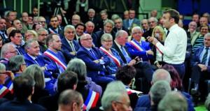 الرئيس الفرنسي يستمع للمشاركين في الحوار الوطني