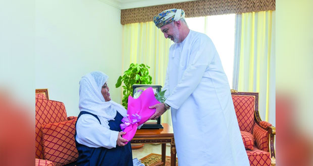 وزير التنمية الاجتماعية يكرم صفاء الصالحية لحصولها على المركز الأول في مسابقة إبداعات الطفولة بالإمارات