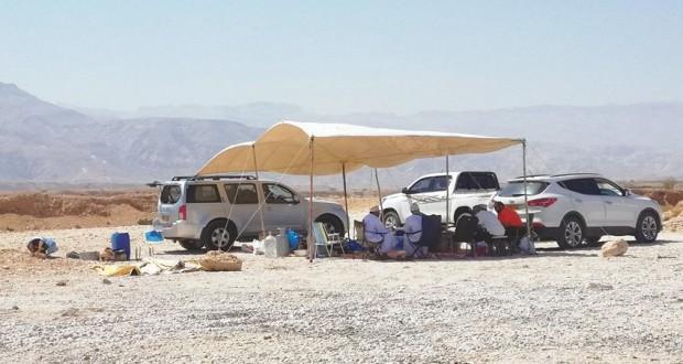 رحلات التخييم فـي الصحراء والشواطئ البحرية متعة وتشويق تجمع الأصدقاء والعائلات