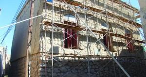 """تواصل العمل بترميم مسجد المزارعة الأثري بحارة """"العقر"""" بنـزوى"""