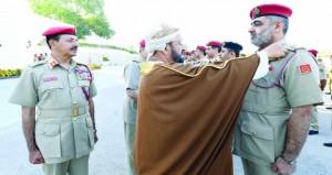 جلالة القائد الأعلى للقوات المسلحة ينعم بميداليتي الخدمة الممتازة والثناء السلطاني على عدد من الضباط وضباط الصف والأفراد