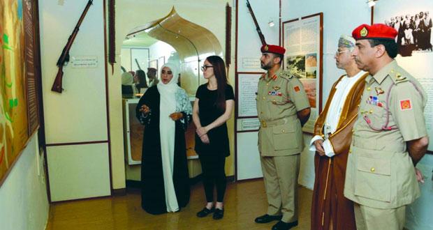 رئيسة الاتحاد البرلماني الدولي تزور متحف قوات السلطان المسلحة
