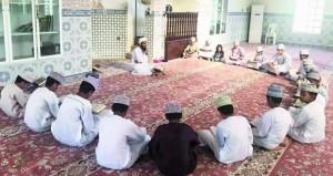 مركز أبي القاسم لتحفيظ القرآن بإزكي يقيم حلقة لطلابه حول استثمار الأجازة
