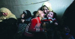الفلسطينيون يشيعون جثامين شهدائهم .. و(الصحة) بغزة تحذر من استمرار أزمة الوقود