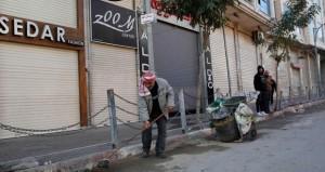 آلاف الفلسطينيين يتظاهرون في رام الله بالتزامن مع إضراب شامل