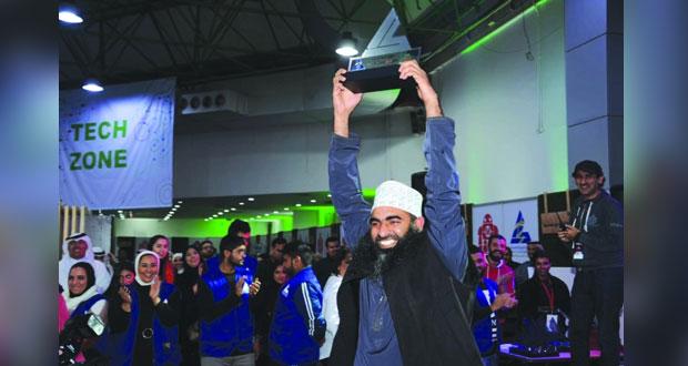 النحات محمد البلوشي يحصل على جائزة الأعمال المتميزة بمعرض ميكر فير بالكويت