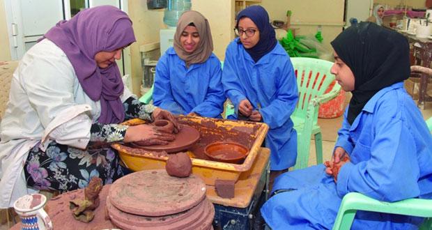 تدريب طلبة الداخلية على إنتاج الصناعات الحرفية الفخارية بالداخلية