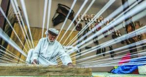 عدسة بدر الحارثي توثق أصالة الماضي التليد ومشاهد الصناعات الحرفية التقليدية