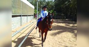مواطن يقيم مشروعا لتعليم مهارة وركوب الخيل في عبري في بادرة لربط الأجيال بموروثاتهم