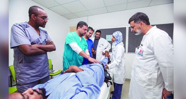 """""""العماني للاختصاصات الطبية"""" ينظم برنامجا تدريبيا حول (دعم الحياة المتقدم لمصابي الحوادث)"""