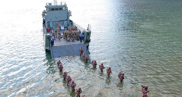 الجيش السلطاني العماني ووحدات من القوات الملكية البريطانية ينفذان البيان العملي للتمرين المشترك (عاصفة الجبل)