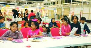 تفاعل للزوار الصغار مع أعمال المعرض