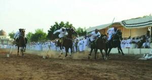 200 فارس وراكب استعرضوا مهاراتهم المختلفة في العرضة والتقاط الأوتاد