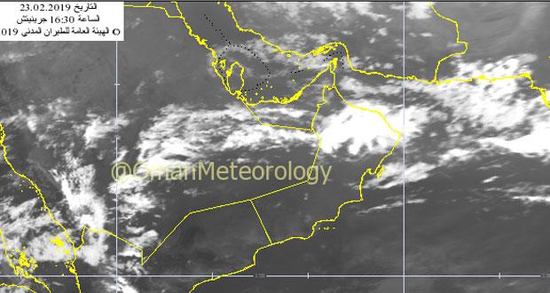 أجواء غائمة وأمطار متفرقة على شمال السلطنة