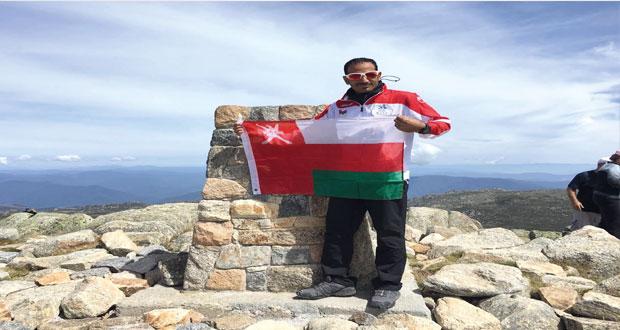 عماني يصعد إلى أعلى قمة فـي قارة أستراليا ويرفع علم السلطنة