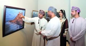 """يوسف الجابري يستعرض أهمية """"البرواز"""" للصورة في معرضه ببيت البرندة"""
