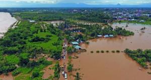 وفاة 10 وفقدان 8 بسبب الفيضانات في إندونيسيا