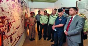 وفد عسكري اردني يزور كلية الدفاع الوطني ومتحف قوات السلطان المسلحة