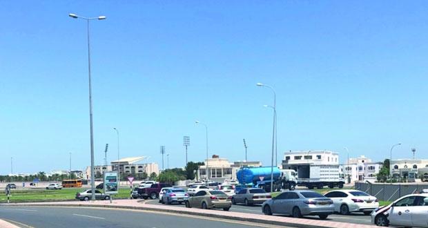 """الازدحام المروري واصطفاف المركبات على """"دوار الجامع """" في شارع مزون تبحث عن حل"""