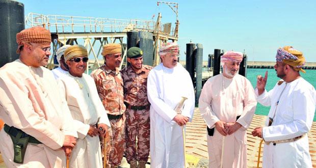 محافظ ظفار يطلع على سير العمل في المشاريع الجاري تنفيذها بنيابة جزيرة الحلانيات