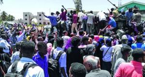 السوادن : الجيش يمنع محاولة لتفريق محتجين .. والاعتصام مستمر