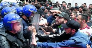الجزائر: قائد الجيش يتهم أطرافا بعرقلة عمل (الدولة) وأحزاب تعرقل (الحوار)