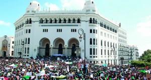 الجزائر: آلاف الطلبة يتظاهرون واستقالة رئيس المجلس الدستوري