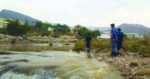الشرطة تواصل عمليات إنقاذ العالقين بالأودية ومؤسسات (الصحة) تؤكد استعداداتها للتعامل مع الحالة الجوية