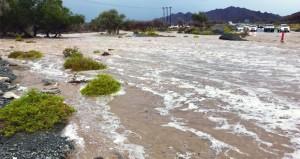 أمطار وبرد على معظم محافظات السلطنة وجريان الأودية بغزارة بعدد من الولايات وتوقعات باستمرار تأثيرات المنخفض اليوم