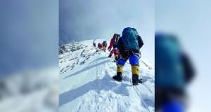 ارتفاع عدد ضحايا الوفيات فوق جبل إفرست إلى 10 متسلقين