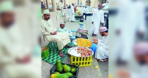 سوق نـزوى يشهد تنوعا في محاصيل الفاكهة المحلية