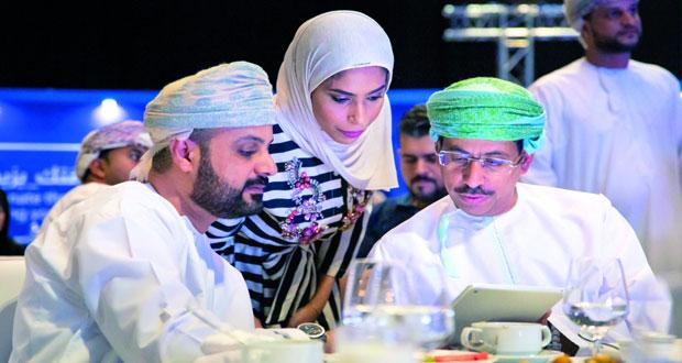 وزير الإعلام يدشن منصة عمانتل للتطوع بالوقت