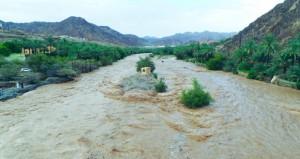 تواصل هطول الأمطار الرعدية المصحوبة بالبرد وجريان الأودية والرياح النشطة على ولايات السلطنة