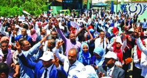 السودان: يوم ثان من الإضراب .. و(العسكري) يشير إلى دول متربصة
