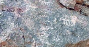 نقوش ورموز وتكوينات صخرية في جبل حوراء الناموس في ينقل