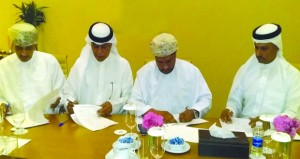 الاتحادان العماني والعربي لكرة الطائرة يوقعان اتفاقية استضافة بطولتين عربيتين بصلالة