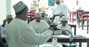 الجمعية العمانية للفنون التشكيلية تواصل دروس الخط العربي الأسبوعية