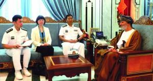 وزير الدولة ومحافظ ظفار يستقبل قائد السفينة الحربية الصينية (Xi An)