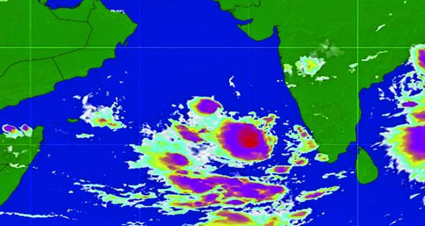 رصد منطقة من الضغط الجوي المنخفض جنوب شرق بحر العرب قرب السواحل الغربية للهند