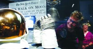 عرض الزي الفضائي الذي كان يرتديه نيل أرمسترونج أول رجل يمشي على سطح القمر